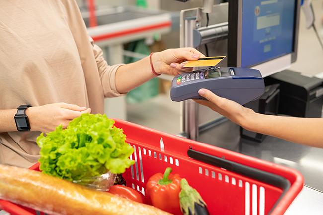 Оплата кредитною карткою під час покупок.